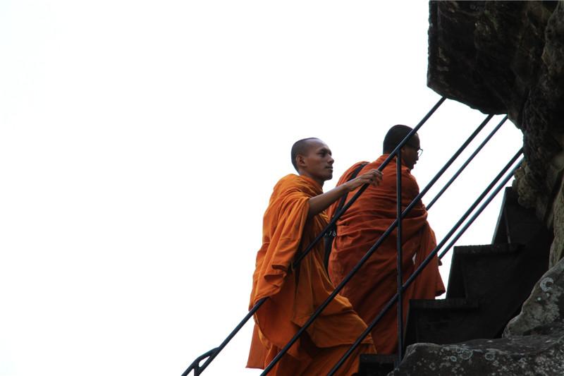 26、游客借助修建的阶梯才可攀爬上主塔