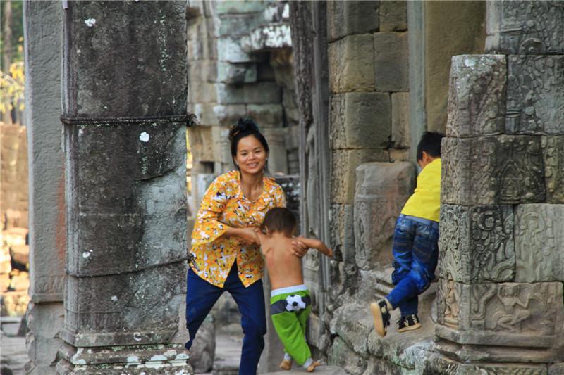 32、据介绍,该国人85%信奉佛教,不计划生育,由于经济落后,约有六分之一的孩子幼年便夭折