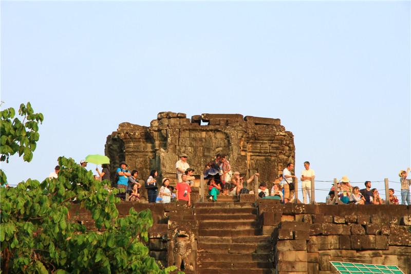 67、色肯山顶上等待观赏日落的游客。特别提醒:为保护古迹规定,上面停留游客不得超过300人。此时已近下午5点钟,谁舍得下来呢?只得望人兴叹!