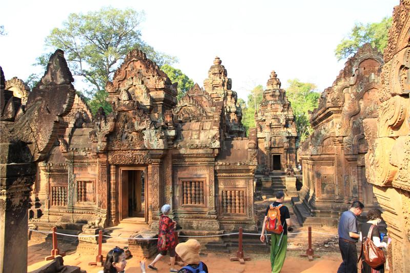 """64、建于十世纪的女皇宫,其雕工是所有吴哥寺庙中最精致细美的,属柬埔寨艺术的巅峰之作,故有""""吴哥艺术之钻""""美誉,也是现保存最完整的古迹"""