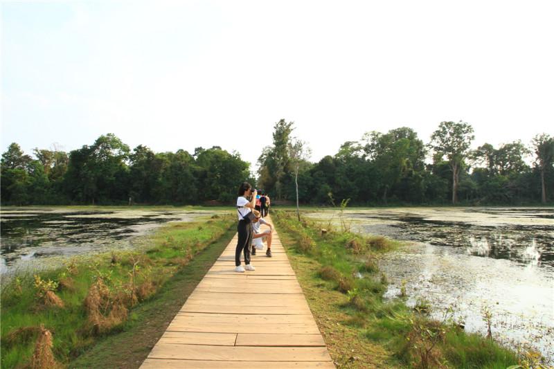 73现在是旱季,通往涅槃宫的木栈道两旁水较浅,到雨季便是汪洋一片