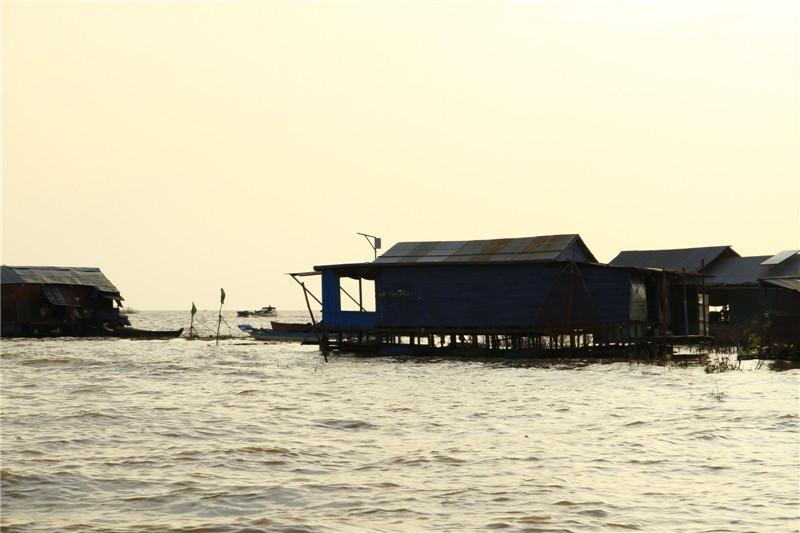 92、据介绍,湖区大约生活着近千户人家,他们没有国籍、没有土地,只能终年生活在用木材、铁皮和汽油桶等物搭建的房屋里