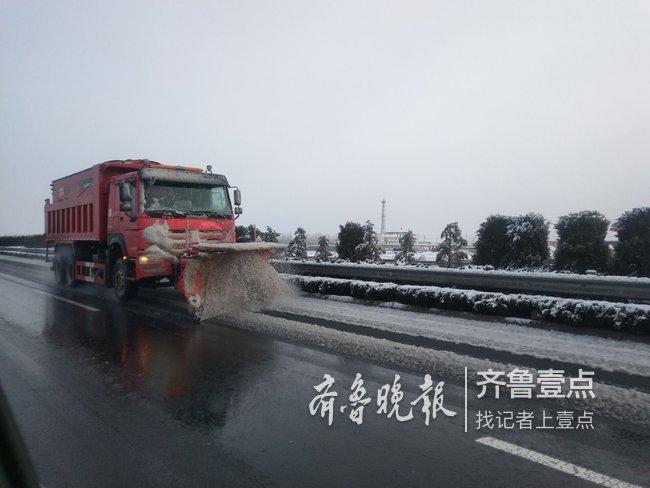 战冰雪!山东多地降雪,高速上工作人员执勤坚守