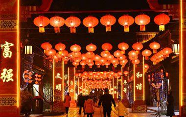 大红灯笼高高挂 青州古城张灯结彩迎春来