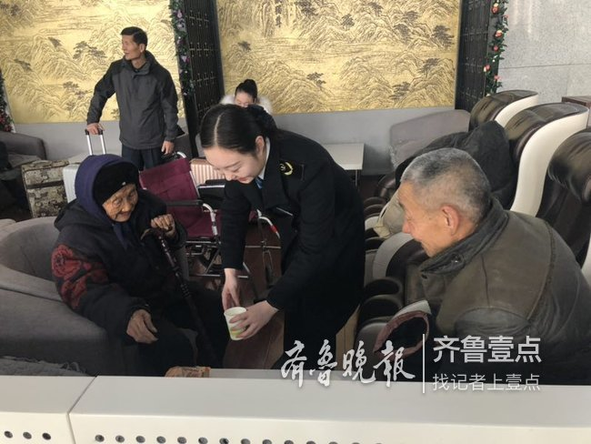 九旬老人赶去外地过春节,高铁泰安站暖心服务