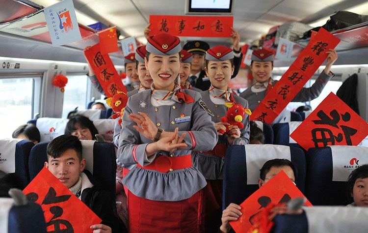 青岛:乘务人员与旅客欢乐互动 高铁车厢内年味浓浓