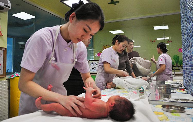 山东聊城:大年三十医护人员坚守岗位 照顾新生儿