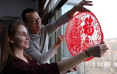 """美国""""洋媳妇"""" 在山东婆家过大年 体验中国春节民俗"""