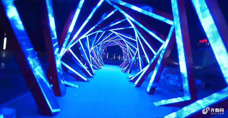 漫步灯光走廊,有如置身魔幻世界.jpg