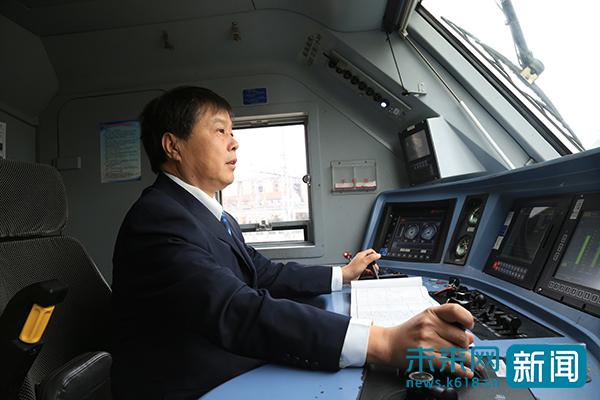 """""""赤脚医生""""火车司机最后一个春运:39年300万公里零失误"""
