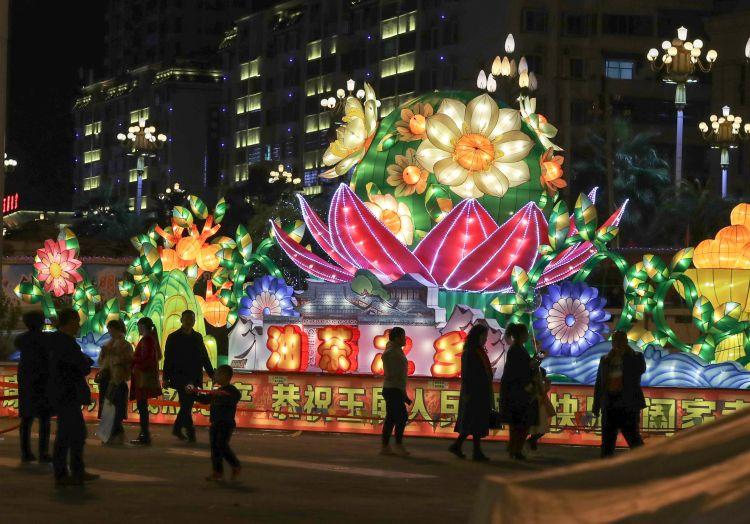 月6日,游客在贵州省铜仁市玉屏侗族自治县舞阳广场上观赏彩灯.