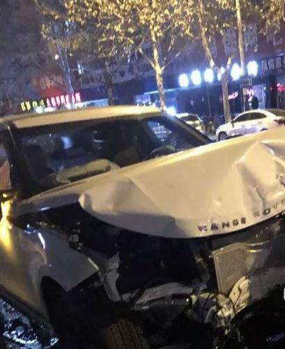 淄博街头三车相撞 一车被撞翻