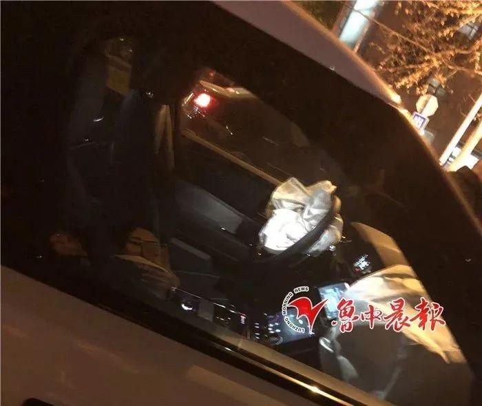 昨晚,淄博街头三车相撞,一车被撞翻