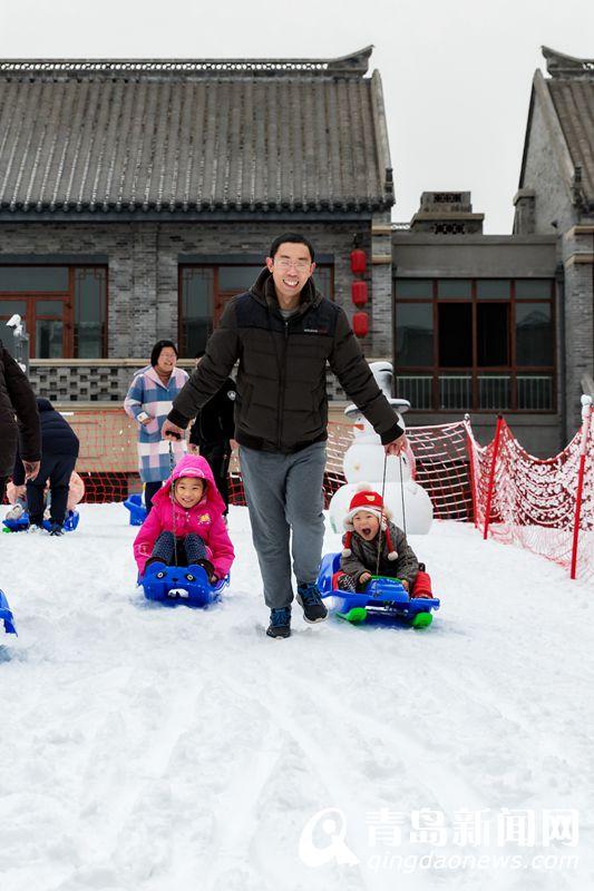 孩子们在冰雪乐园里飞驰玩耍。