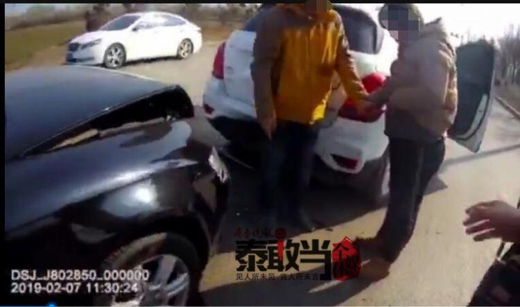 泰安:大年初三两车追尾伤及孕妇!过路警车变身救护车