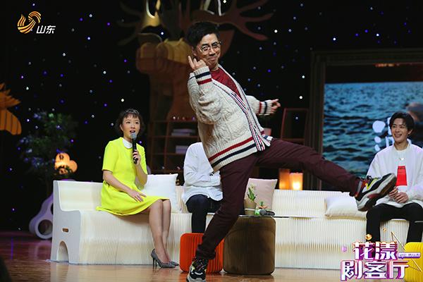 范明携主持人《花漾剧客厅》大跳光脚迪斯科 和黑妹成闺蜜