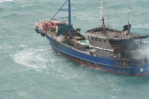温州外海一渔船机舱失火浓烟飘散 11人全部获救