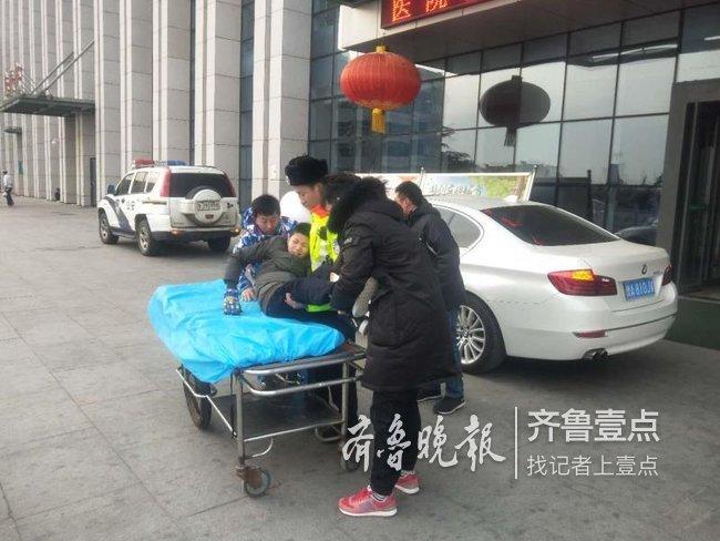 泰安:一儿童滑雪摔伤腿 交警紧急护送就医