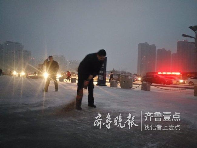 泰安降雪,高铁工作人员及时扫雪保出行