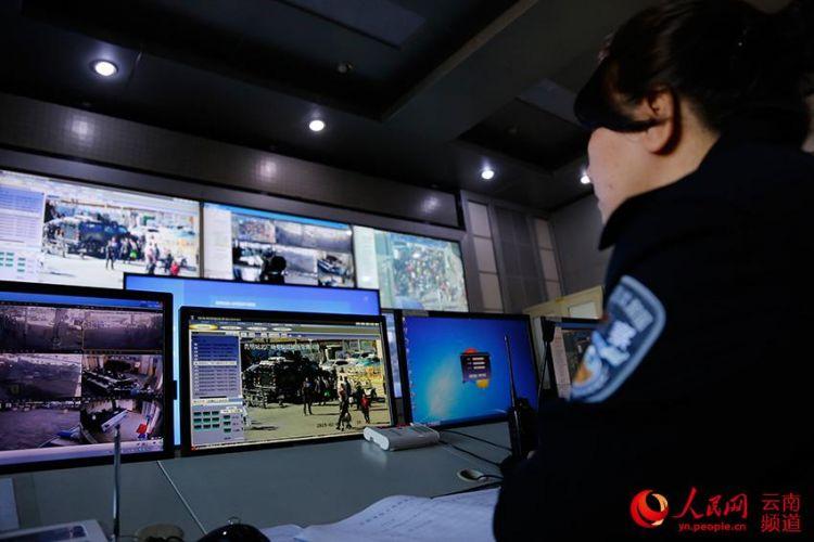 """春运一线见闻:警察夫妻相距百米 只能隔屏""""偶遇"""""""
