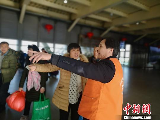 火车站员工坚守春运40载 切身感受铁路变化