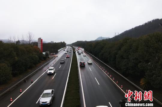 江西高速迎返程高峰 交通事故频发成拥堵主因