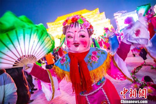 哈尔滨冰雪大世界推出年俗表演引20万人游园