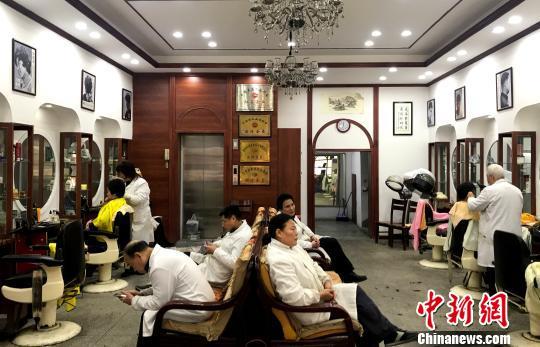 """探访古城扬州传统技艺:理发刀演绎""""顶上功夫"""""""
