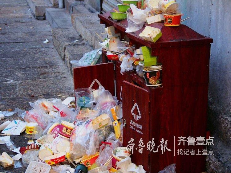 春节假日,济南芙蓉街的清洁工们累惨了