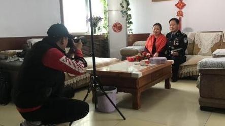 大学生免费为72户家庭拍摄全家福