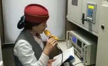 淄博站台温情3分钟 男孩给广播员妈妈送年夜饭