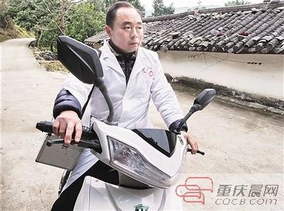 """""""赤脚医生""""行医32年 春节骑着摩托上门治病"""