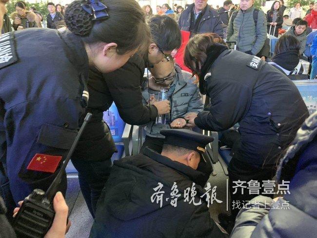 旅客突发疾病晕倒,高铁泰安站值班员与乘客协力救助