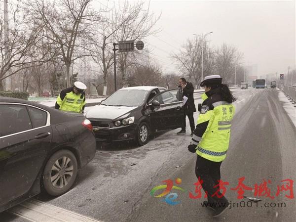 车辆滞留高速路口,交警疏导保畅通