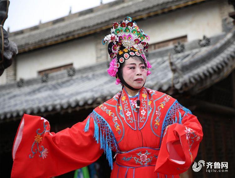 2月10日,青岛西海岸新区隐珠街道金河艺术团的演员们在为群众们演出。(张进刚  摄1)电话  13854260100.jpg