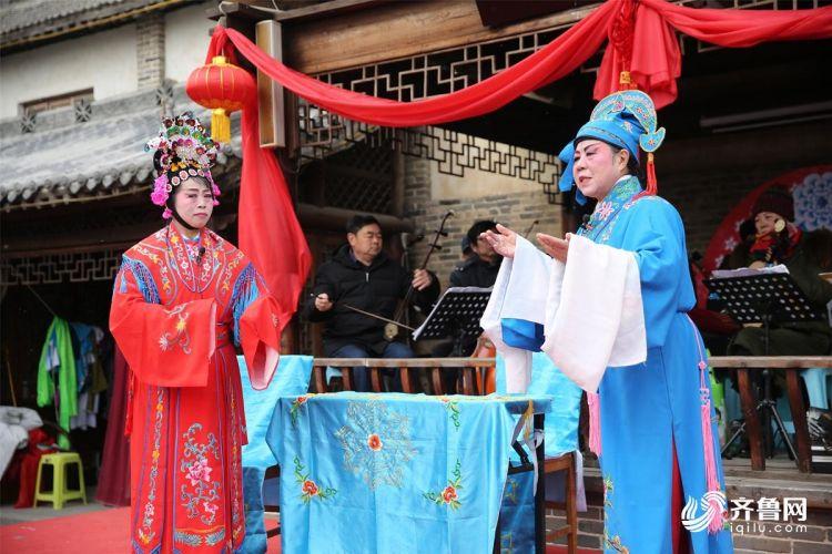 2月10日,青岛西海岸新区隐珠街道金河艺术团的演员们在为群众们演出。(张进刚  摄3)电话  13854260100.JPG