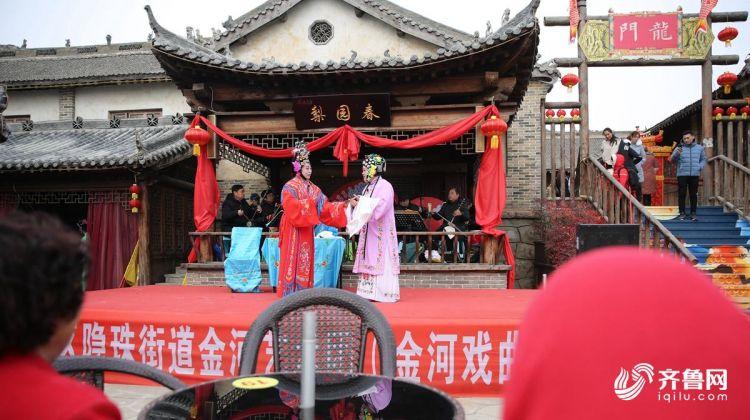2月10日,群众在观看演员演出。(张进刚 摄2)电话13854260100.JPG