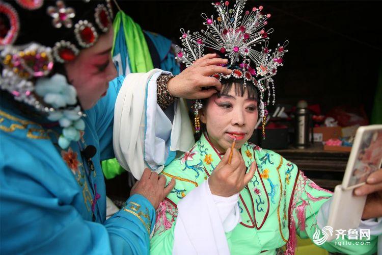 2月10日,青岛西海岸新区隐珠街道金河艺术团的演员们在后台化妆。(张进刚 摄2)电话  13854260100.JPG