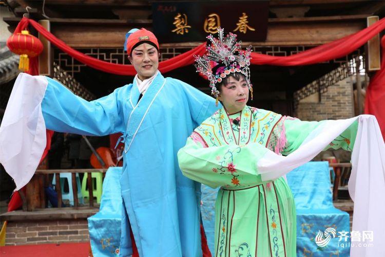 2月10日,青岛西海岸新区隐珠街道金河艺术团的演员们在为群众们演出。(张进刚  摄4)电话  13854260100.JPG