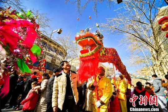甘肃敦煌千年官方社火游街 万人享民风文明大餐
