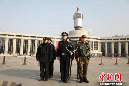 天津铁警护航春节返程岑岭 三个客运火车站查获伤害7000余件