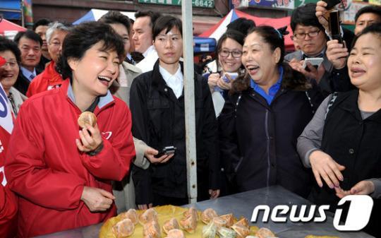 朴槿惠过年在牢房吃啥福利餐?啃包子喝牛奶