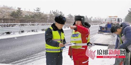 临沂各相关部门积极清理积雪 确保旅客平安出行