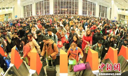 广铁节后返程客流高峰持续 湖南地区加开夜间高铁