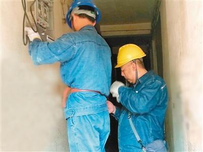 电力抢修工春节坚守岗位 26年没在家里过过年