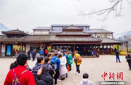 24国游客赴湖北恩施州品味中国土家年