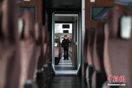 铁路警方春节时期查获在押职员645人 查缴伤害品29万余起