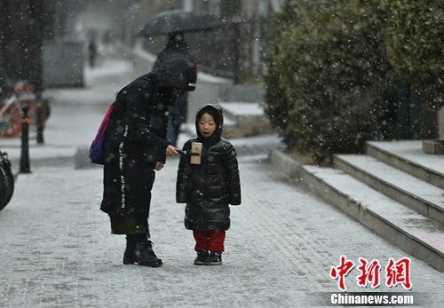 北京大部地区出现降雪 气象台发布道路结冰黄色预警