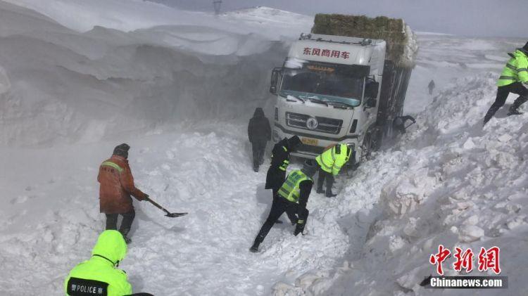 积雪比卡车还高,他们48小时持续救援