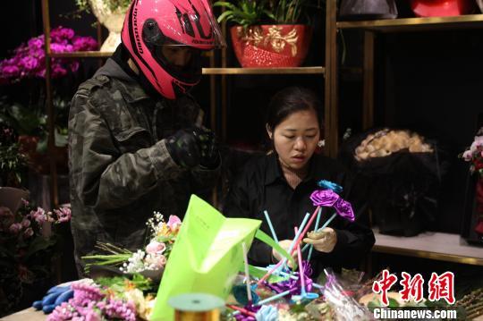 """情人节""""接棒""""春节花市 上海鲜花市场持续火热"""